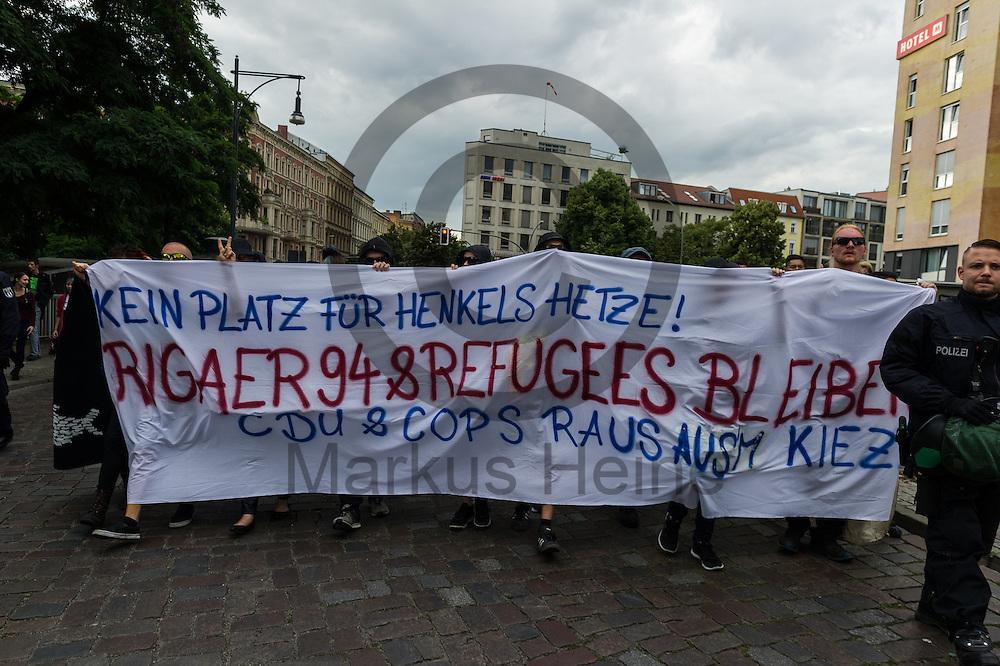 Demonstranten demonstrieren w&auml;hrend des CDU Sommerfest am 30.06.2016 in Berlin, Deutschland gegen Henkel und den Polizeieinsatz in der Riggaerstra&szlig;e. Foto: Markus Heine / heineimaging<br /> <br /> ------------------------------<br /> <br /> Ver&ouml;ffentlichung nur mit Fotografennennung, sowie gegen Honorar und Belegexemplar.<br /> <br /> Bankverbindung:<br /> IBAN: DE65660908000004437497<br /> BIC CODE: GENODE61BBB<br /> Badische Beamten Bank Karlsruhe<br /> <br /> USt-IdNr: DE291853306<br /> <br /> Please note:<br /> All rights reserved! Don't publish without copyright!<br /> <br /> Stand: 06.2016<br /> <br /> ------------------------------w&auml;hrend des Sommerfest der CDU Pankow am 30.06.2016 in Berlin, Deutschland. Foto: Markus Heine / heineimaging<br /> <br /> ------------------------------<br /> <br /> Ver&ouml;ffentlichung nur mit Fotografennennung, sowie gegen Honorar und Belegexemplar.<br /> <br /> Bankverbindung:<br /> IBAN: DE65660908000004437497<br /> BIC CODE: GENODE61BBB<br /> Badische Beamten Bank Karlsruhe<br /> <br /> USt-IdNr: DE291853306<br /> <br /> Please note:<br /> All rights reserved! Don't publish without copyright!<br /> <br /> Stand: 06.2016<br /> <br /> ------------------------------