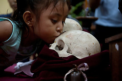 Per un miglior rapporto con la morte, ai bambini viene fatto baciare uno dei teschi.<br /> For a better relation with death, the children have to kiss a skull.