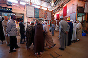 MAROC, Marrakesh: souk di tappeti, buyers and sellers gathering in the souk for the daily trade Morocco