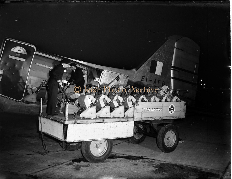 01/03/1956<br /> 03/01/1956<br /> 01 March 1956<br /> Unloading of Atco lawnmowers from Aer Lingus DC3 at Dublin Airport.