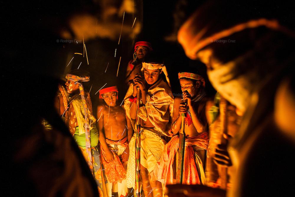 Tarahumara children gather around a fire during the celebration of Holy Week in Chihuahua, Mexico. SPANISH: Un grupo de indígenas rarámuris rodean una fogata para soportar el frio durante la madrugada en los días que festejan la Semana Santa en Norogachi, México, el 9 de abril de 2009.