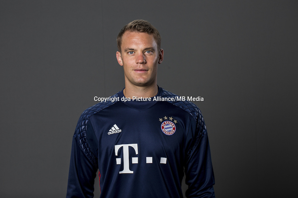 HANDOUT - MUNICH, GERMANY - AUGUST 10: Goalkeeper Manuel Neuer of FC Bayern Munich pose during the team presentation on August 10, 2016 in Munich, Germany. Photo: Marc Mueller/Bongarts/Getty Images/dpa (Note: Editorial use only - Photo credit should read: Marc Mueller/Bongarts/Getty Images/dpa) | usage worldwide
