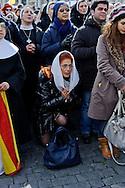 Città del Vaticano 24  Febbraio 2013.L'ultimo  Angelus  di Papa Benedetto XVI..I fedeli ascoltano  l'angelus del Papa.Vatican City,  February 24, 2013.The last Angelus of Pope Benedict XVI..The faithful listen  the Angelus the Pope.