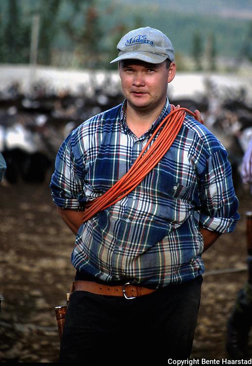 Svein Ole Jåma Granefjell Sørsamisk område strekker seg fra Saltfjellet i nord til Elgå i Hedmark i sør. Omfatter noen få tusen på norsk og svensk sida av grensa. The sourth sami people consists of a couple of tousand people.