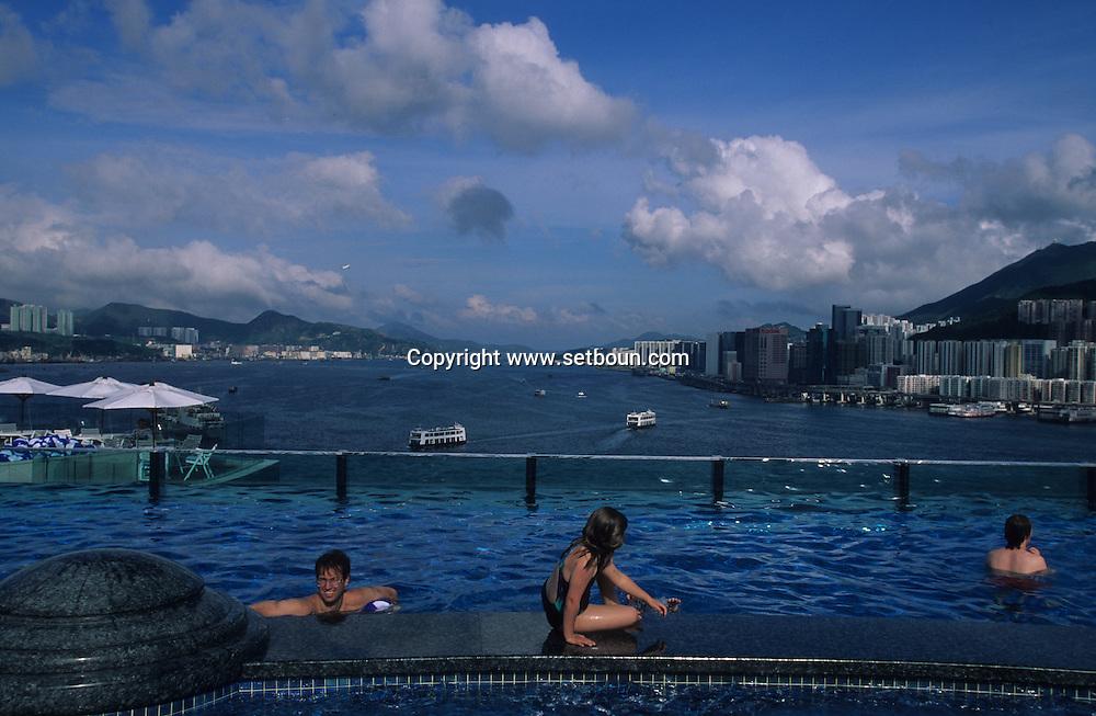 Hong Kong. Hotel  - harbour plaza -  swimming pool bay view. on a new reclaimed land in Hung Hom .     18   / vue sur la baie et líile victoria depuis le toit piscine de líhÙtel harbour plaza dans le quartier de Hung hom .    18  / L3127  / 319177/10