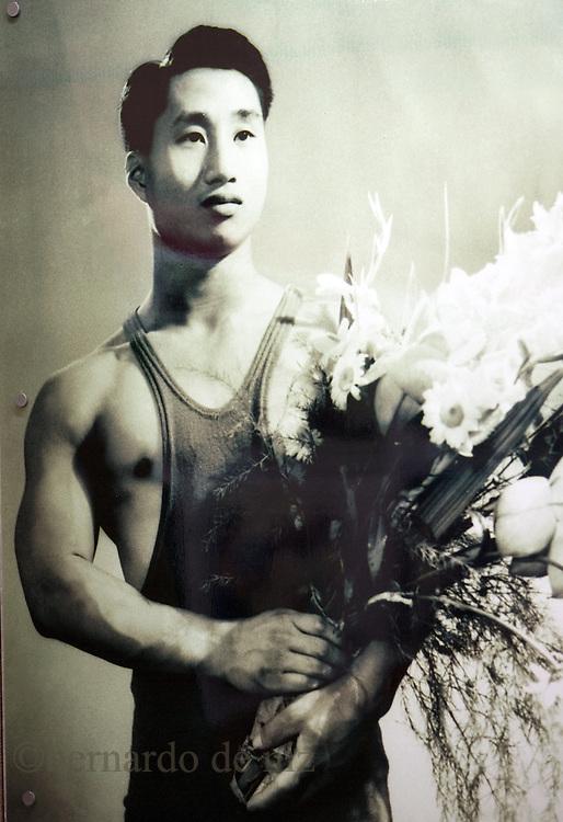 Fotografía de Chen Jingkai, el atleta chino 5 veces campeón del mundo de levantamiento de pesas, originario del pueblo de Shilong, China, May. 27, 2008. Photographer: Bernardo De Niz