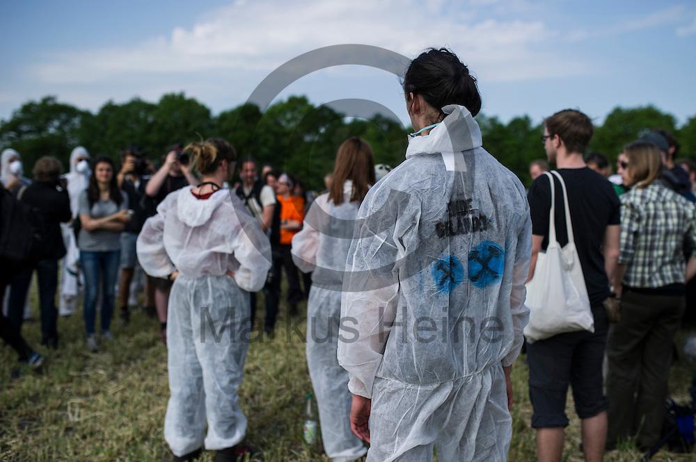 Ein Aktivist in einem Ende Gel&auml;nde Overall nimmt am 13.05.2016 bei Porschim, Deutschland teil. &Uuml;ber das Pfingstwochenende wollen mehrere Tausend Aktivisten den Braunkohlentagebau  blockieren um gegen die Nutzung von fossilen Brennstoffen zu protestieren. Foto: Markus Heine / heineimaging<br /> <br /> ------------------------------<br /> <br /> Ver&ouml;ffentlichung nur mit Fotografennennung, sowie gegen Honorar und Belegexemplar.<br /> <br /> Bankverbindung:<br /> IBAN: DE65660908000004437497<br /> BIC CODE: GENODE61BBB<br /> Badische Beamten Bank Karlsruhe<br /> <br /> USt-IdNr: DE291853306<br /> <br /> Please note:<br /> All rights reserved! Don't publish without copyright!<br /> <br /> Stand: 05.2016<br /> <br /> ------------------------------<br /> <br /> ------------------------------<br /> <br /> Ver&ouml;ffentlichung nur mit Fotografennennung, sowie gegen Honorar und Belegexemplar.<br /> <br /> Bankverbindung:<br /> IBAN: DE65660908000004437497<br /> BIC CODE: GENODE61BBB<br /> Badische Beamten Bank Karlsruhe<br /> <br /> USt-IdNr: DE291853306<br /> <br /> Please note:<br /> All rights reserved! Don't publish without copyright!<br /> <br /> Stand: 05.2016<br /> <br /> ------------------------------