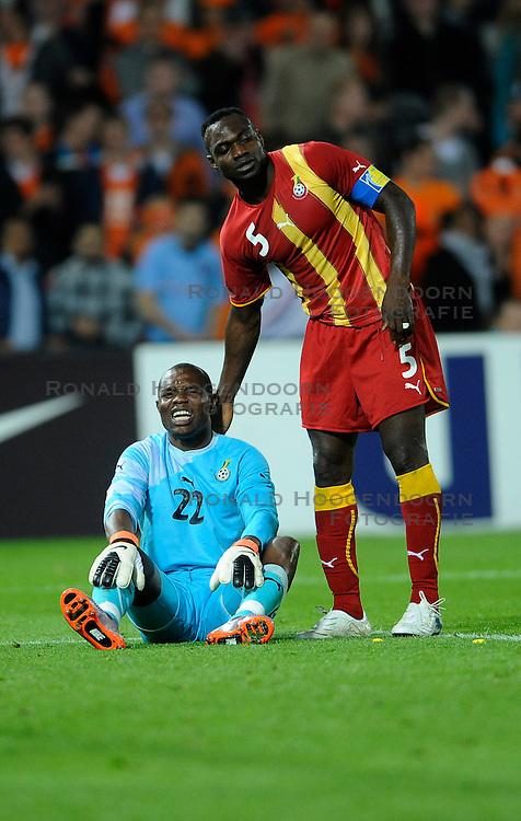 01-06-2010 VOETBAL: NEDERLAND - GHANA: ROTTERDAM<br /> Nederland wint vrij eenvoudig de oefenwedstrijd van Ghana / Rafael van der Vaart wordt binnen de 16 neergelegd, penalty - John Mensah en Richard Kingson<br /> &copy;2010-WWW.FOTOHOOGENDOORN.NL