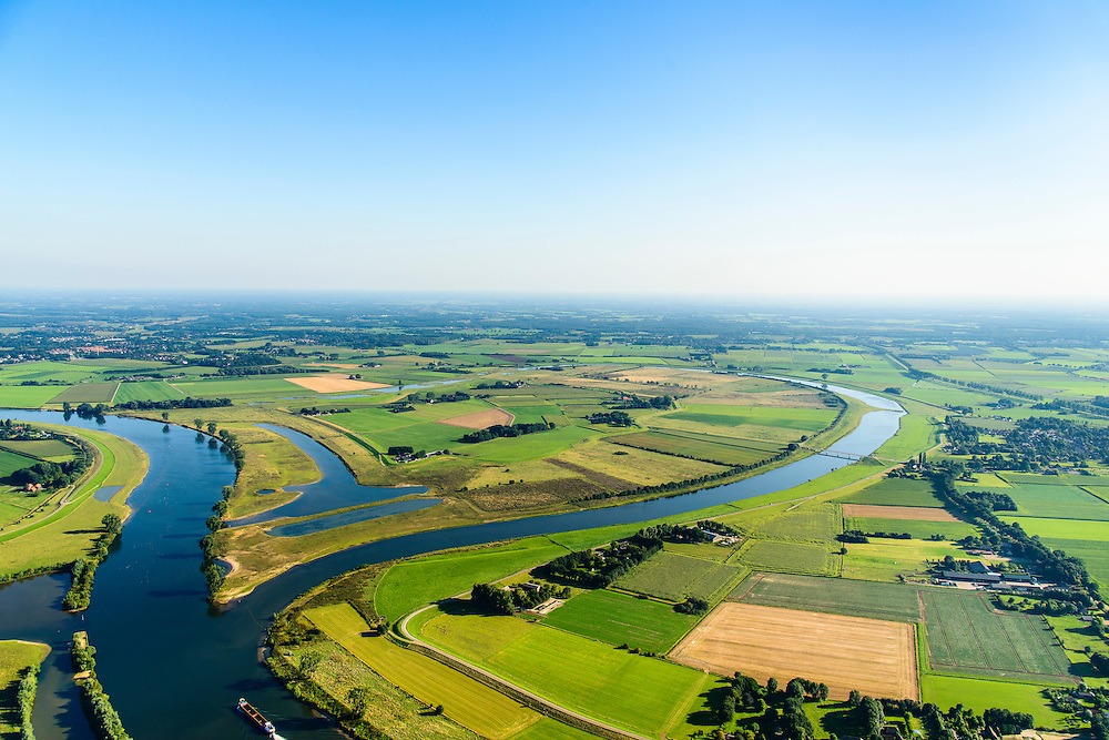 Nederland, Noord-Brabant, Gemeente Oss, 23-08-2016; Vanwege het overstrominggevaar van de Maas werd de Meander van Keent in 1938 afgesneden en ontstond de gekanaliseerde rivier. Anno 2015 is de Maasmeander opnieuw uitgegraven en aan een zijde aan de Maas getakt. In regenrijke periodes kan de uiterwaard van Keent nu weer overstromen om water te bergen. <br /> Because of the flood risk of the Meuse the Keenet Meander  was cut off in 1938 resulting in a channeled river. Anno 2015, the Meuse meander excavated was again and on one side reconnected to the Meuse. During rainy periods, the floodplains of Keent can now be flooded again and store water.<br /> luchtfoto (toeslag op standard tarieven);<br /> aerial photo (additional fee required);<br /> copyright foto/photo Siebe Swart