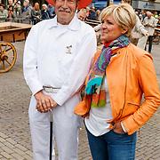 """NLD/Alkmaar/20180518 - Perspresentatie """"Nederland staat op tegen kanker"""" officiele start, Caroline Tensen met een Alkmaarse kaasboer"""