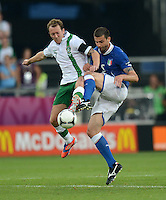 FUSSBALL  EUROPAMEISTERSCHAFT 2012   VORRUNDE Italien - Irland                       18.06.2012 Aiden McGeady (Mc Geady, li, Irland) gegen Thiago Motta (re, Italien)