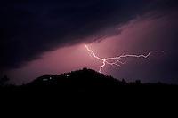 Italia, Aramengo Asti, 2 september 2015 - Onweer in de lucht boven de heuvels van Aramengo in de buurt van Asti in Itali&euml;.<br /> Foto: Phil Nijhuis/Hollandse Hoogte<br /> <br /> Italy, Aramengo Asti, september 2nd, 2015 - Thunder and Lightning hits the hills of the Italian region of Aramengo Asti.