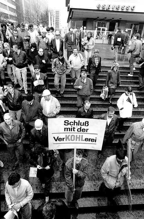 DDR - Bilder aus der Wendezeit:<br />IG-Metall Demonstration gegen die Kahlschlagspolitik<br />in Ostdeutschland. Protest gegen Helmut Kohl:<br />&quot; Schlu&szlig; mit der verKOHLerei &quot;<br />Berlin, Alexanderplatz 04/90<br />&copy;  christian  JUNGEBLODT.