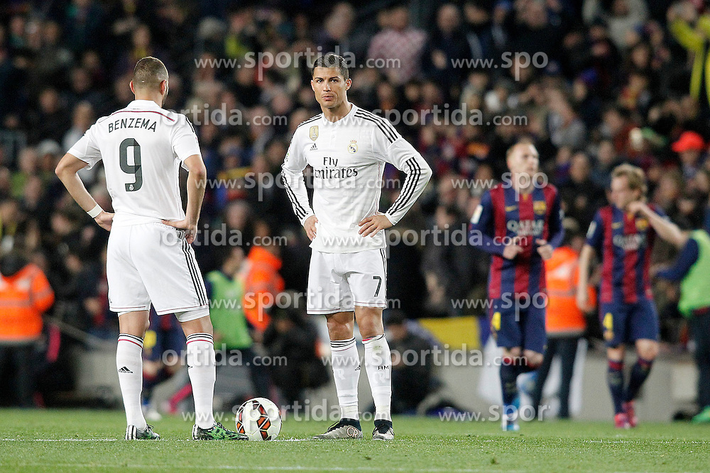 22.03.2015, Camp Nou, Barcelona, ESP, Primera Division, FC Barcelona vs Real Madrid, 28. Runde, im Bild Real Madrid's Karim Benzema (l) and Cristiano Ronaldo dejected // during the Spanish Primera Division 28th round match between Barcelona FC and Real Madrid CF at the Camp Nou in Barcelona, Spain on 2015/03/22. EXPA Pictures &copy; 2015, PhotoCredit: EXPA/ Alterphotos/ Acero<br /> <br /> *****ATTENTION - OUT of ESP, SUI*****