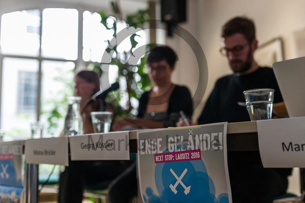 Ein Plakat des B&uuml;ndnisses h&auml;ngt w&auml;hrend der Pressekonferenz von Ende Gel&auml;nde am 11.05.2016 in Berlin, Deutschland am Rednertisch. Kommendes Wochenende plant ein breites Aktionsb&uuml;ndnis Aktionen des zivilen Ungehorsams gegen den Braunkohleabbau in der Lausitz. Foto: Markus Heine / heineimaging<br /> <br /> ------------------------------<br /> <br /> Ver&ouml;ffentlichung nur mit Fotografennennung, sowie gegen Honorar und Belegexemplar.<br /> <br /> Bankverbindung:<br /> IBAN: DE65660908000004437497<br /> BIC CODE: GENODE61BBB<br /> Badische Beamten Bank Karlsruhe<br /> <br /> USt-IdNr: DE291853306<br /> <br /> Please note:<br /> All rights reserved! Don't publish without copyright!<br /> <br /> Stand: 05.2016<br /> <br /> ------------------------------w&auml;hrend der Pressekonferenz von Ende Gel&auml;nde am 11.05.2016 in Berlin, Deutschland. Kommendes Wochenende plant ein breites Aktionsb&uuml;ndnis Aktionen des zivilen Ungehorsams gegen den Braunkohleabbau in der Lausitz. Foto: Markus Heine / heineimaging<br /> <br /> ------------------------------<br /> <br /> Ver&ouml;ffentlichung nur mit Fotografennennung, sowie gegen Honorar und Belegexemplar.<br /> <br /> Bankverbindung:<br /> IBAN: DE65660908000004437497<br /> BIC CODE: GENODE61BBB<br /> Badische Beamten Bank Karlsruhe<br /> <br /> USt-IdNr: DE291853306<br /> <br /> Please note:<br /> All rights reserved! Don't publish without copyright!<br /> <br /> Stand: 05.2016<br /> <br /> ------------------------------