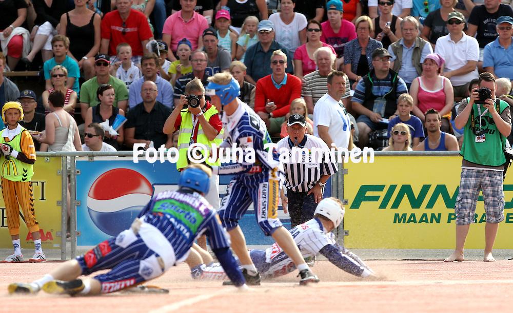 14.07.2013, Pihkala, Hyvink&auml;&auml;.<br /> Pes&auml;pallon It&auml; - L&auml;nsi.<br /> Pelituomari Kari Koskelainen tarkkana.