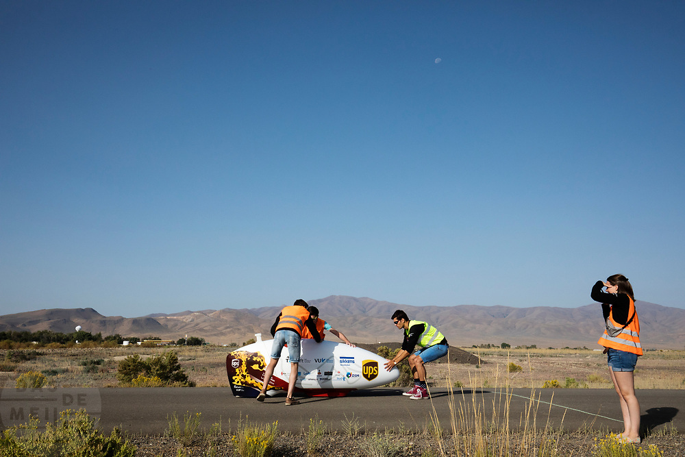 De VeloX 7 wordt gevangen na een geslaagde testrun. In Battle Mountain, Nevada, oefent het team op een weggetje. Het Human Power Team Delft en Amsterdam, dat bestaat uit studenten van de TU Delft en de VU Amsterdam, is in Amerika om tijdens de World Human Powered Speed Challenge in Nevada een poging te doen het wereldrecord snelfietsen voor vrouwen te verbreken met de VeloX 7, een gestroomlijnde ligfiets. Het record is met 121,44 km/h sinds 2009 in handen van de Francaise Barbara Buatois. De Canadees Todd Reichert is de snelste man met 144,17 km/h sinds 2016.<br /> <br /> With the VeloX 7, a special recumbent bike, the Human Power Team Delft and Amsterdam, consisting of students of the TU Delft and the VU Amsterdam, wants to set a new woman's world record cycling in September at the World Human Powered Speed Challenge in Nevada. The current speed record is 121,44 km/h, set in 2009 by Barbara Buatois. The fastest man is Todd Reichert with 144,17 km/h.