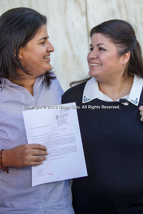 Yamileth Escobar, right, and Maria de los Angeles Dominguez, a bi-national lesbian Latina couple (Yamileth, a U.S. Citizen, is of Salvadoran decent while Maria is an immigrant from Mexico), leave the Federal Building after  an immigration green card interview on Wednesday November 6, 2013 in Los Angeles, California.  Yamileth and Maria became the first Hispanic same-sex female couple to receive an immigration green card interview, also the first female same-sex couple to legally marry in the state following the State Supreme Court's 2008 decision. (Photo by Ringo Chiu/PHOTOFORMULA.com)<br /> 11月6日,萨尔瓦多体面亚米莱特埃斯科瓦尔 (Yamileth Escobar),右, 和洛杉矶和玛丽亚&middot;多明格斯(Maria de los Angeles Dominguez) 在她们的移民绿卡面试后离开洛杉矶联邦大楼。亚米莱特,是美国公民,而玛丽亚是一个来自墨西哥的移民, 她们成为了第一对拉美裔女性同性夫妇收到移民绿卡面试。