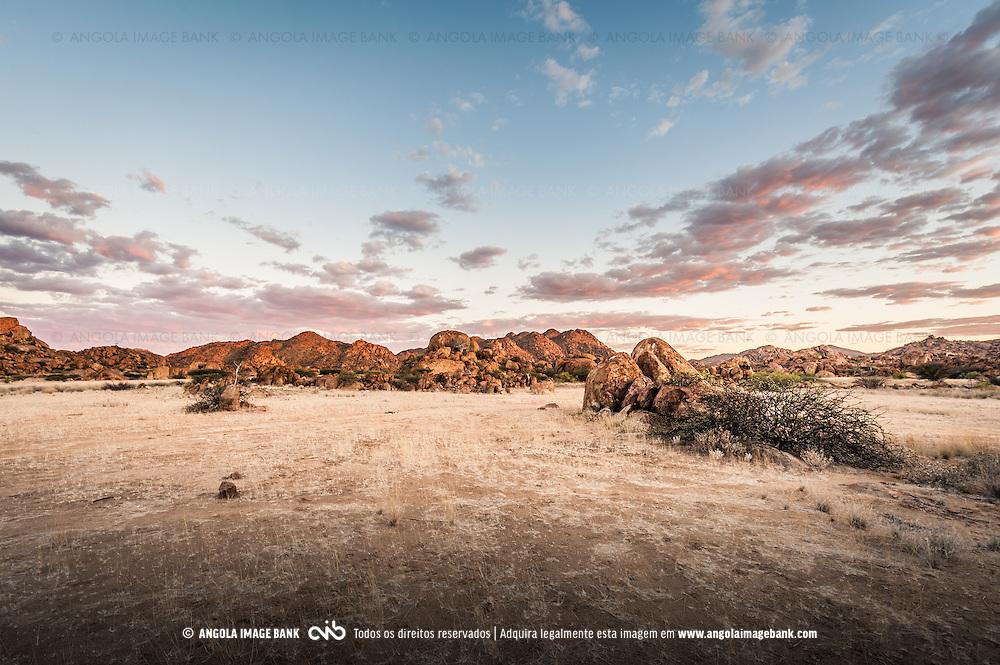 Ao cair da noite no Parque Nacional do Iona no Deserto do Namibe, aonde o tempo parece que para. Este lugar tem alma! Nas proximidades do Omauha Lodge. Província do Namibe, Angola