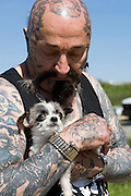 """Rescue Ink, Long Island, New York, taettowierte Motoradgang, Verein zur Rettung mishandelter Hunde und anderer Tierarten..""""Batzo"""" mit Hund..Rescue Ink, the animal rescue group that brings an in your face approach to the fight against animal abuse and neglect. The goups members are heavily tattooed and ride motorbikes. Their pitbull 'Rebel', who lives at their headquarters, was rescued from a dog fighting operation, where he was used as bait. He was near death when two members of Rescue Ink flew to Virginia to save him...Foto © Stefan Falke."""