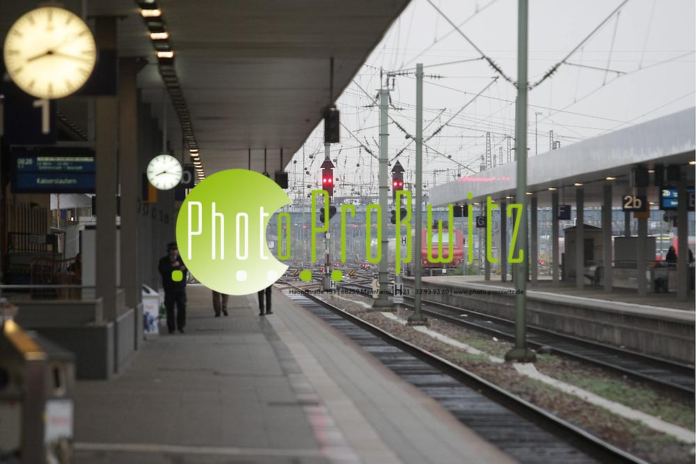 Mannheim. Hauptbahnhof. Bahnstreik der GDL. FEATURE.<br /> Seit zwei Uhr nachts bestreikt die GDL wieder den Nah- und erstmals auch den Fernverkehr. Millionen Reisende und Pendler sind betroffen. Die Lokf&uuml;hrer drohen schon mit einer weiteren Eskalation des Ausstands.<br /> Bild: Markus Pro&szlig;witz<br /> ++++ Archivbilder und weitere Motive finden Sie auch in unserem OnlineArchiv. www.masterpress.org ++++