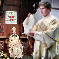 Nederland,Utrecht ,26 januari 2008.. Wim Eijk is officieel tot Aartsbisschop van het Aartsbisdom Utrecht benoemd in de Sint Catharina kathedraal..Tijdens de ceremoniele plechtigheid worden de officieele beedigingsdocumenten getoond.