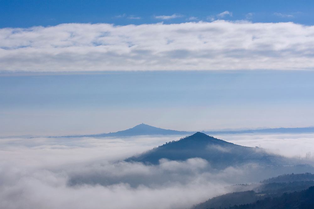 Volcano tops in low-hanging clouds,  Auvergne, Frankrijk