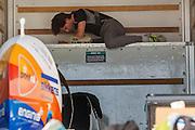 Jan Bos bereidt zich voor op een goede run tijdens de derde dag van de races. Het Human Power Team Delft en Amsterdam (HPT), dat bestaat uit studenten van de TU Delft en de VU Amsterdam, is in Amerika om te proberen het record snelfietsen te verbreken. In Battle Mountain (Nevada) wordt ieder jaar de World Human Powered Speed Challenge gehouden. Tijdens deze wedstrijd wordt geprobeerd zo hard mogelijk te fietsen op pure menskracht. Het huidige record staat sinds 2015 op naam van de Canadees Todd Reichert die 139,45 km/h reed. De deelnemers bestaan zowel uit teams van universiteiten als uit hobbyisten. Met de gestroomlijnde fietsen willen ze laten zien wat mogelijk is met menskracht. De speciale ligfietsen kunnen gezien worden als de Formule 1 van het fietsen. De kennis die wordt opgedaan wordt ook gebruikt om duurzaam vervoer verder te ontwikkelen.<br /> <br /> The Human Power Team Delft and Amsterdam, a team by students of the TU Delft and the VU Amsterdam, is in America to set a new world record speed cycling.In Battle Mountain (Nevada) each year the World Human Powered Speed Challenge is held. During this race they try to ride on pure manpower as hard as possible. Since 2015 the Canadian Todd Reichert is record holder with a speed of 136,45 km/h. The participants consist of both teams from universities and from hobbyists. With the sleek bikes they want to show what is possible with human power. The special recumbent bicycles can be seen as the Formula 1 of the bicycle. The knowledge gained is also used to develop sustainable transport.