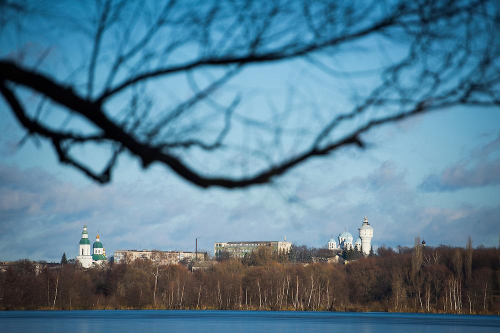 Le centre-ville de Hlukhiv vu depuis le lac de la ville, le 8 d&eacute;cembre, Ukraine.<br /> <br /> Two of the city's churches and its iconic water tower are seen from across a lake on December 8, 2015 in Hlukhiv, Ukraine.