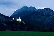 Bayern, Allgäu, Schwangau, Schloss Neuschwanstein, Berglandschaft mit Schloss bei Dämmerung..|..Bavaria, Allgau, Neuschwanstein Castle, mountains and castle at dusk