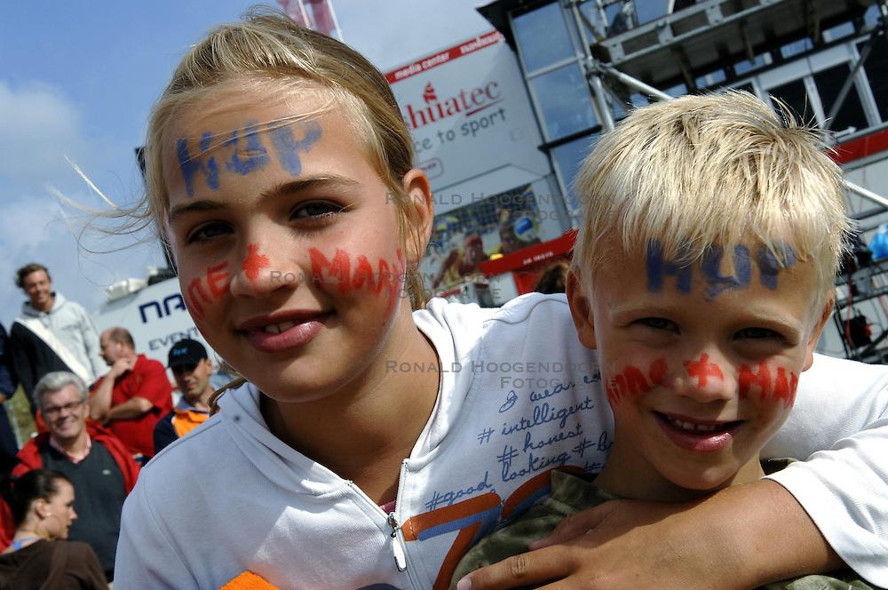 20-08-2006 VOLLEYBAL: NK BEACHVOLLEYBAL: SCHEVENINGEN<br /> Support voor Sanne en Marrit , Crielaard<br /> ©2006-WWW.FOTOHOOGENDOORN.NL