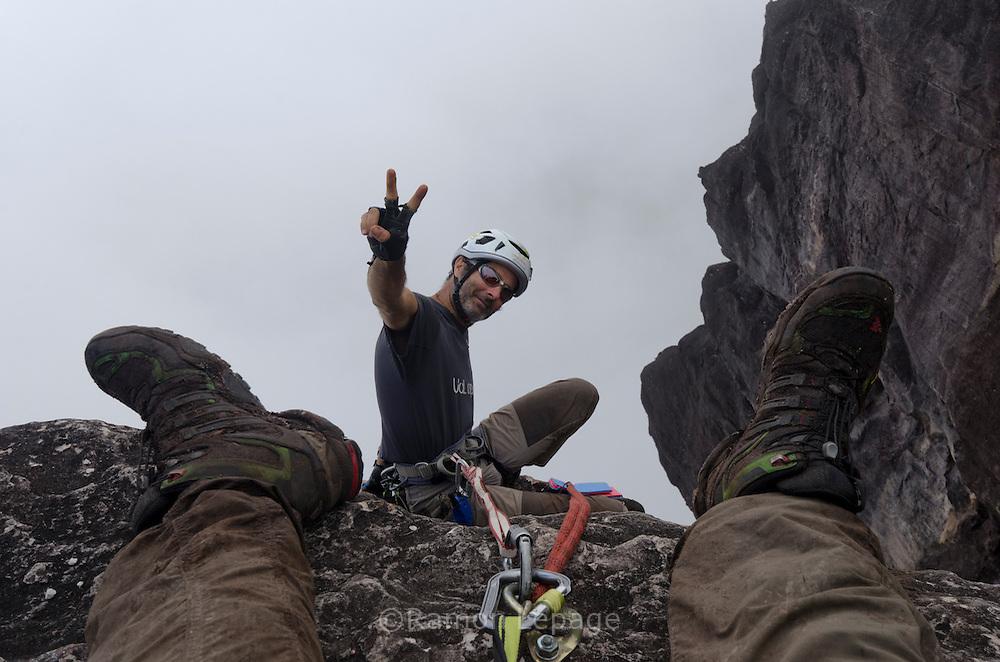 """AUYANTEPUY, VENEZUELA. Hombre durante el Iinicio del Rappel (350 mts.) por la margen izquierda  del Salto Angel hasta al sitio del vivac conocido como """"La Cueva"""". El Auyantepuy es el mayor de los tepuis del Parque Nacional Canaima. En sus 700 kms2 alberga el salto angel o conocido por lengua indígena Pemon como """"Kerepacupai Vena; es la caída de agua más grande del mundo con sus 979 metros de altura. (Ramon lepage /Orinoquiaphoto/LatinContent/Getty Images)"""