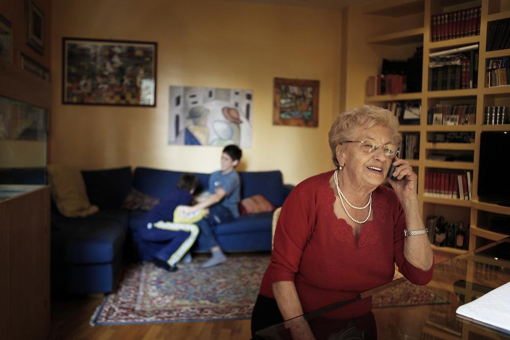Nonna al telefono a casa dei suoi nipoti aspetto il ritorno dei loro genitori. <br /> <br /> Grandmother playing with her grandson