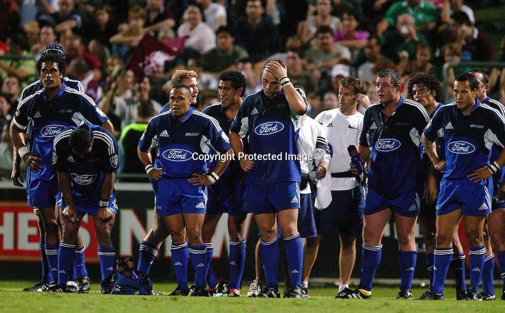 13 March, 2004. Ballymore, Brisbane, Australia. Rugby Union Super 12. Auckland Blues v Queensland Reds. The Blues team stand disappointed after the Reds defeated the Blues 20 - 3.<br />