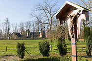 Nederland, Well, 20160314.<br /> Christusbeeld aan het kruis langs de dorpsweg in het Limburgse dorp Well<br /> Emerson College European Centre op het kasteel in Well, Limburg.<br /> Kasteel Well is een fraaie waterburcht. Het huidige kasteel werd pas gebouwd in de vijftiende eeuw, maar kreeg pas later, in de zeventiende eeuw, zijn huidige aanzicht. Achter het huidige kasteel liggen de resten van een torenmolen uit de vijftiende eeuw. 
