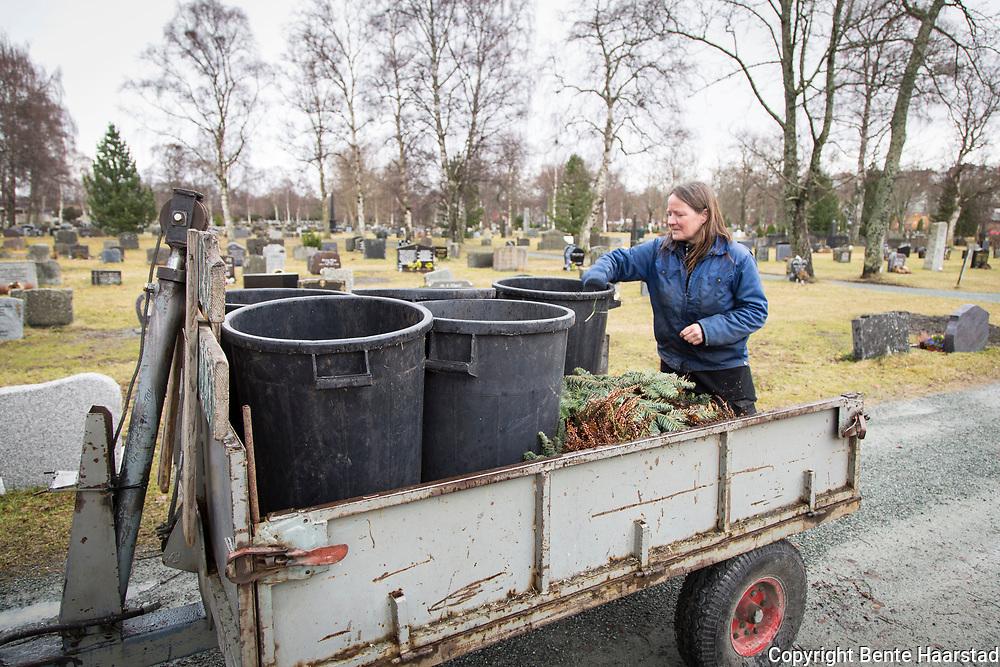 Mye av arbeidet ved en kirkegård foregår over bakken. Gravplassleder Inger Strand sjekker at søppelet er sortert riktig, og søppel blir det mye av på en stor kirkegård som Lademoen. Gravplassarbeiderne sier at publikum her har blitt veldig flinke til å sortere, etter lang opplæring fra deres side.