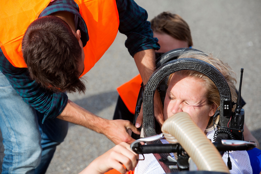 Lieske Yntema wordt in de VeloX 4 geholpen voor wat testritten. Op de RDW baan in Lelystad wordt getest met de VeloX 4, de fiets van vorig jaar, en voor het eerst ook met de nieuwste fiets, de VeloX V. In september wil het Human Power Team Delft en Amsterdam, dat bestaat uit studenten van de TU Delft en de VU Amsterdam, een poging doen het wereldrecord snelfietsen te verbreken, dat nu op 133,8 km/h staat tijdens de World Human Powered Speed Challenge.<br /> <br /> At the RDW track in Lelystad the team tests wit the VeloX 4 and for the first time with the VeloX V. With the special recumbent bike the Human Power Team Delft and Amsterdam, consisting of students of the TU Delft and the VU Amsterdam, also wants to set a new world record cycling in September at the World Human Powered Speed Challenge. The current speed record is 133,8 km/h.