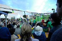 06 AUG 2005, BERLIN/GERMANY:<br /> Joschka Fischer, B90/Gruene, Bundesaussenminister, haelt eine Rede, 48 Stunden Rede-Rallye von Buendnis 90 / Die Gruenen im Rahmen des Bundestagswahlkampfes, Waehlbar, Oranienburger Strasse <br /> IMAGE: 20050807-01-033<br /> KEYWORDS: Wählbar, speech, Zuhoerer, Zuhörer