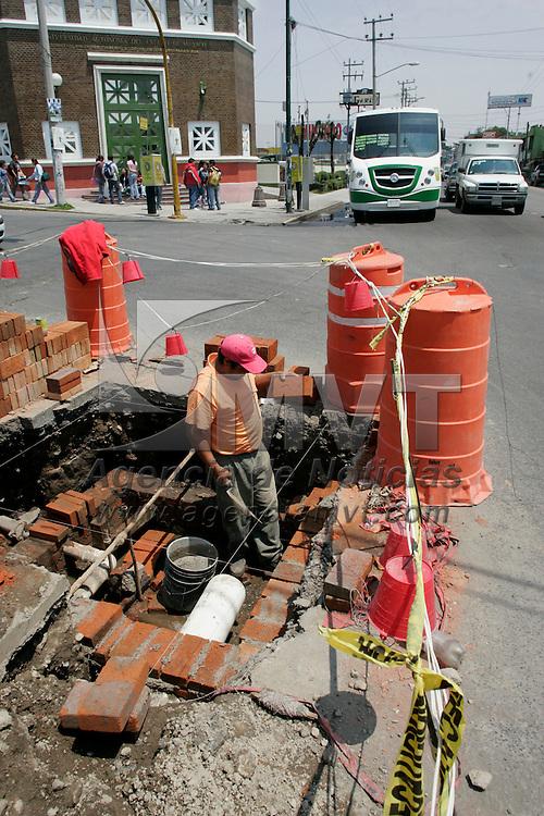 Toluca, Mex.- Aspecto de un hombre arreglando la tuberia del agua en una de las calles de esta ciudad. Agencia MVT / Javier Rodriguez. (DIGITAL)<br /> <br /> <br /> <br /> NO ARCHIVAR - NO ARCHIVE