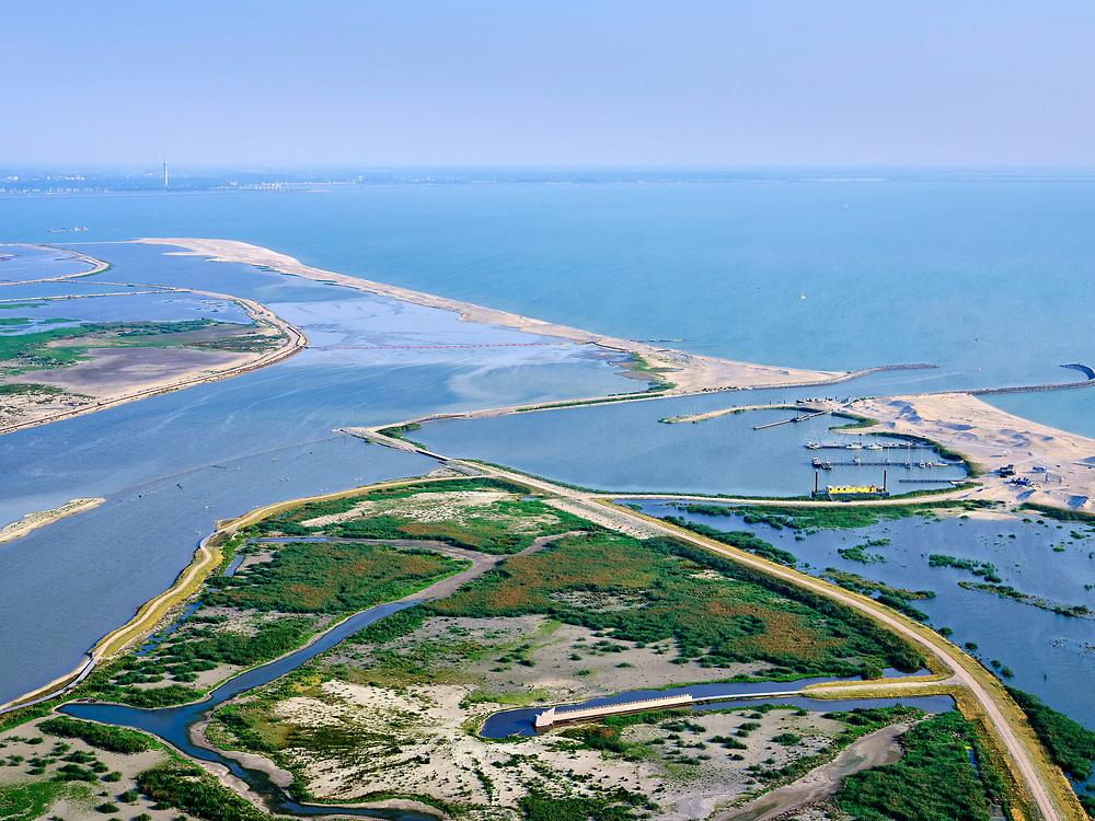 Nederland, Flevoland, Markermeer, 26-08-2019; Marker Wadden in het Markermeer. Overzicht, haven met strekdammen. Vogelhut in de voorgrond.<br /> Doel van het project van Natuurmonumenten en Rijkswaterstaat is natuurherstel, met name verbetering van de ecologie in het gebied, in het bijzonder de kwaliteit van bodem en water<br /> Naast het hoofdeiland is er inmiddels een tweede eiland in wording, de uiteindelijk Marker Wadden archipel zal uit vijf eilanden bestaan. <br /> Marker Wadden, artifial islands. The aim of the project is to restore the ecology in the area, in particular the quality of soil and water.<br /> The first phase of the construction, the main island, is finished. <br /> <br /> luchtfoto (toeslag op standard tarieven);<br /> aerial photo (additional fee required);<br /> copyright foto/photo Siebe Swart