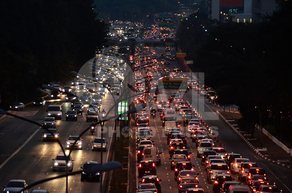 SAO PAULO, SP, 20 DE AGOSTO DE 2013 – TRÂNSITO EM SÃO PAULO: Trânsito na Av. 23 de Maio, próximo ao Parque do Ibirapuera, zona sul de São Paulo na tarde desta terça feira (20). FOTO: LEVI BIANCO - BRAZIL PHOTO PRESS.
