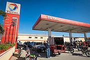 Des centaines de chauffeurs de taxis, motos et d'automobilistes s'attroupent dans les différentes pompes où l'on distribue le peu d'essence stockée en réserve. Certain détaillants profitent de la situation pour revendre la gazoline à un prix exorbitant sur le marché informel. Cap Haïtien janvier 2019