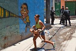 Moradores fogem da zona de conflito durante a incursão na favela Morro do Alemão em 28 de novembro de 2010 no Rio de Janeiro, Brasil. Após dias de preparação, forças de segurança do Brasil, lançaram um ataque contra uma favela, onde entre 500 e 600 traficantes de drogas estão escondidos e recusam a se render. Cerca de 2.600 tropas aerotransportadas, marines e membros das unidades de elite da polícia participaram da operação como alvo um grupo de favelas sem lei conhecido como Complexo de Alemão. FOTO: Jefferson Bernardes/Preview.com