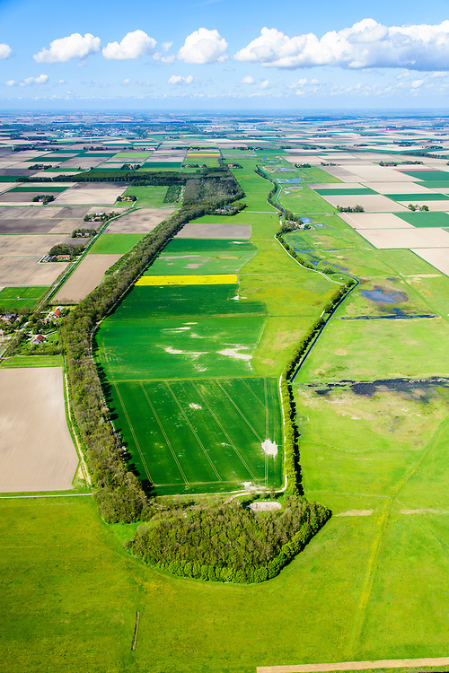 Nederland, Flevoland, Noordoostpolder, 07-05-2015; Schokland, dorp en voormalig eiland in de Zuiderzee, gezien vanuit het Zuiden. Onderdeel van de UNESCO Werelderfgoedlijst. Het verlagen van de grondwaterspiegel in de Noordoostpolder leidt tot inklinking waardoor het eiland steeds lager komt te liggen. Om verder wegzinken te voorkomen een hydrologische zone aangelegd.<br /> Village and former island, seen from the south. Part of the UNESCO World Heritage List.<br /> Lowering the groundwater level in the Noordoostpolder leads to subsidence and causes the island the sink away. In order to prevent further decline a hydrological zone has been created.<br /> luchtfoto (toeslag op standard tarieven);<br /> aerial photo (additional fee required);<br /> copyright foto/photo Siebe Swart
