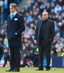 MANCHESTER, ENGLAND - Sunday, January 31, 2010: Portsmouth's manager Avram Grant and Manchester City's manager Roberto Mancini during the Premiership match at the City of Manchester Stadium. (Photo by David Rawcliffe/Propaganda)