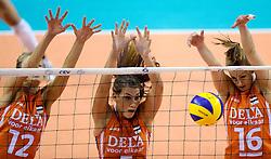 07-09-2012 VOLLEYBAL: EK KWALIFICATIE VROUWEN NEDERLAND - DENEMARKEN : APELDOORN<br /> Nederland wint vrij eenvoudig met 3-0 van Denemarken / Manon Flier, Robin de Kruijf, Debby Stam-Pilon<br /> ©2012-FotoHoogendoorn.nl
