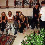 Miss Nederland 2003 reis Turkije, aan de waterpijp