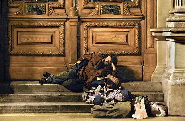 Frankrijk, Parijs, 28-3-2010Zwerver, dakloze, ligt in een portiek bij avond. Exterieur.Foto: Flip Franssen/Hollandse Hoogte