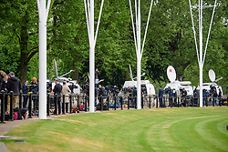 © Licensed to London News Pictures. 04/05/2017. London, UK. The worlds media gathers outside Buckingham Palace, the home of Queen Elizabeth II, where an emergency meeting of staff has reportedly been called. An announcement by the Palace is is expected this morning.  Photo credit: Ben Cawthra/LNP