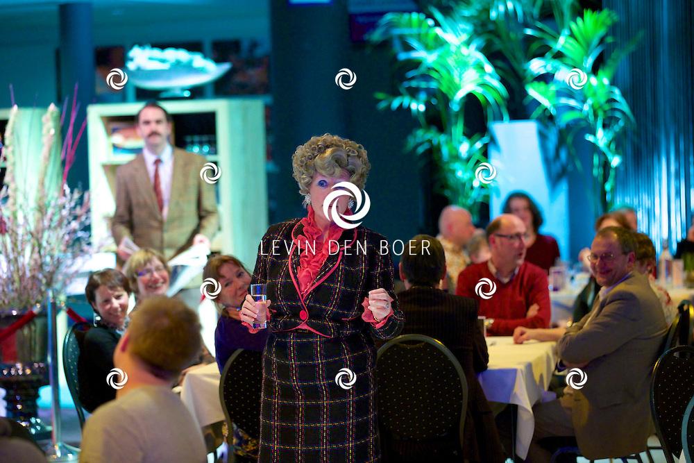 ETTEN-LEUR - In de schouwburg was een avondvullend programma door Faulty Towers The Dining Experience. Met hier op de foto  Alison Pollard-Mansergh (Sybil) en Robert Langston (Basil). FOTO LEVIN DEN BOER - PERSFOTO.NU